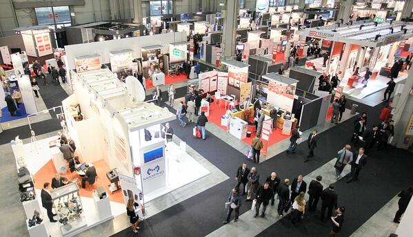 crowd-tradeshow-booths